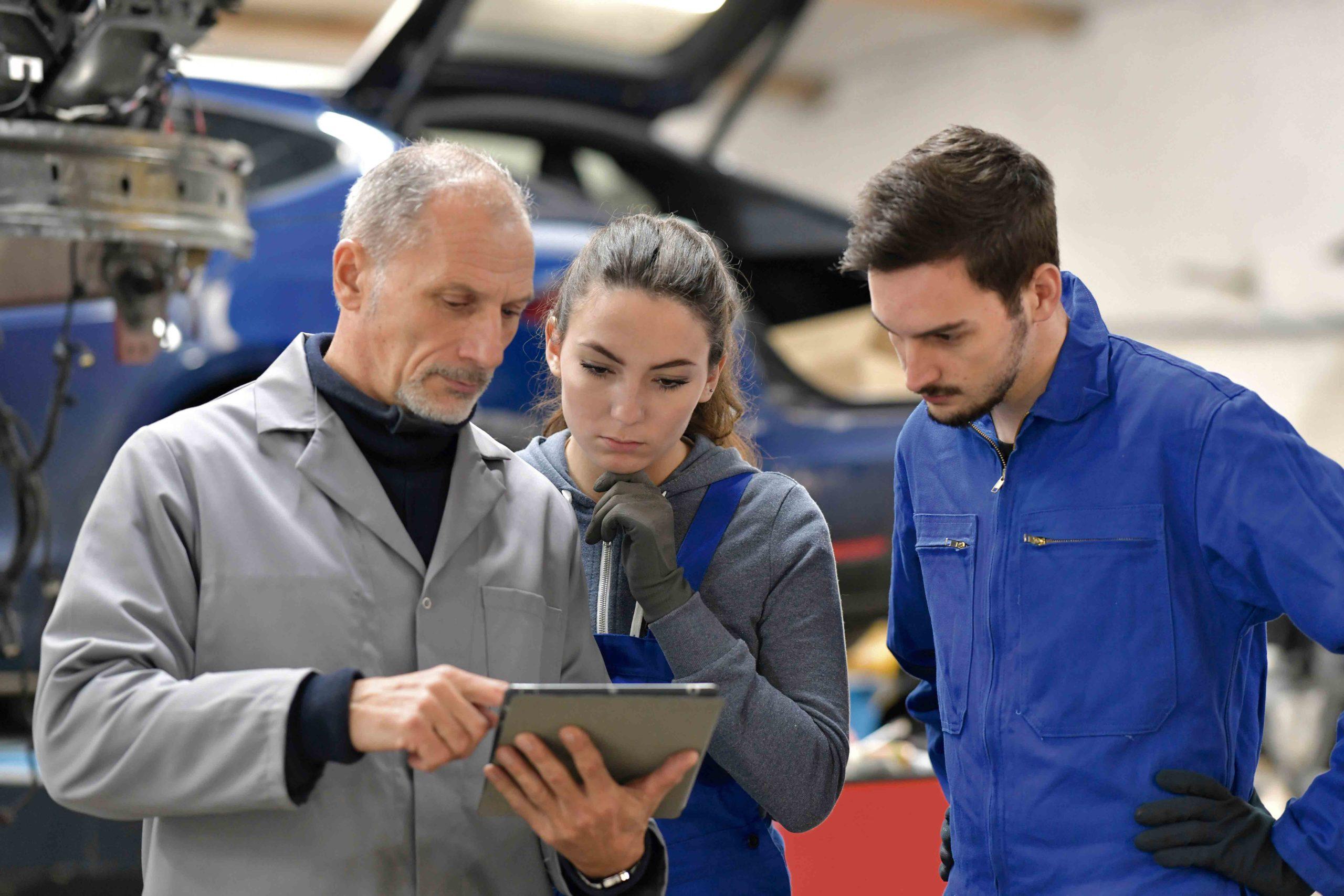 mecánicos usando un programa de gestión de taller